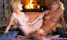 Glam lesbians scissor after queening session