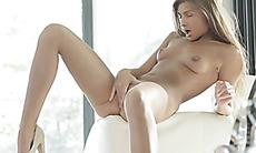 Maria Rya fingerbangs herself to orgasm